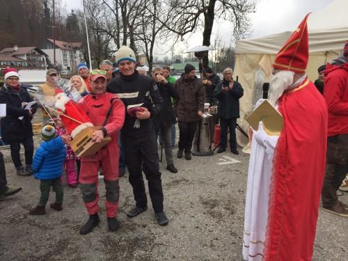 Ein Pokal so beinahe groß wie der Steuermann: Der Wanderpreis der Nikolaus-Regatta [Foto: Andreas Bammer]